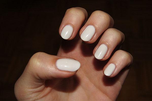As tendências de cores e formatos para as suas unhas este verão- branco