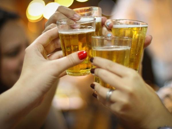 5 alimentos que deve evitar para ter a barriga lisa e 5 que deve consumir diariamente- Refrigerantes e bebidas alcoólicas