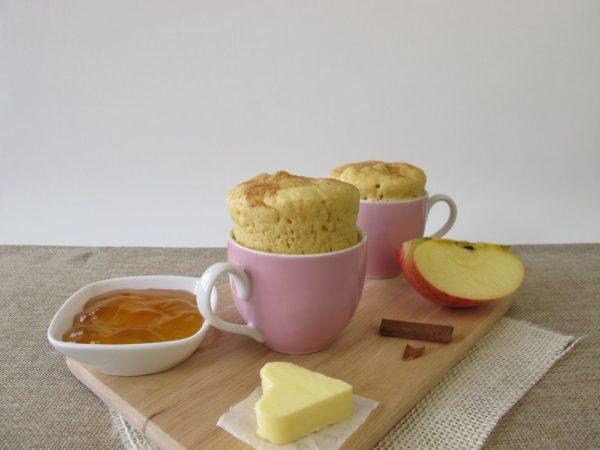 Bolo de maçã na caneca sem açúcar e sem farinha