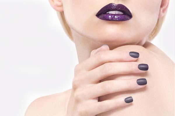As tendências de cores e formatos para as suas unhas este verão- cinza