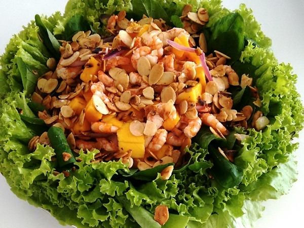Salada de folhas verdes, manga, camarões e amêndoas laminadas