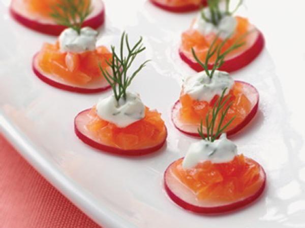 10 Aperitivos saudáveis para comer neste verão- Canapés de salmão com rabanete