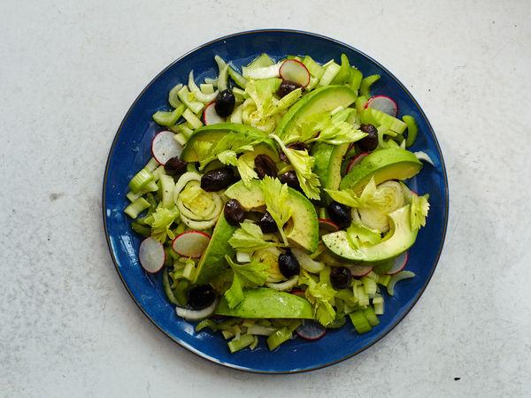 2 Saladas para combater os excessos e desintoxicar o organismo- Salada de aipo com abacate e azeitonas