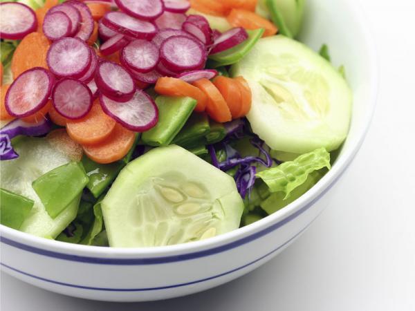 Uma Salada fresca e colorida para refrescar o seu verão- Salada fresca e colorida de rabanete e pepino