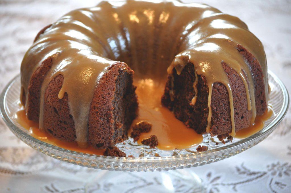 Receita de Bolo húmido de chocolate com cobertura de caramelo- Bolo de chocolate com cobertura de caramelo- Receita de Bolo húmido de chocolate com cobertura de caramelo