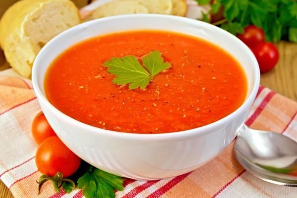 Sopa de tomate e chouriça - um prato tradicional - opção sem chouriça