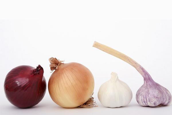 10 alimentos anti-cancro que deve ter em casa- Cebolas e alhos
