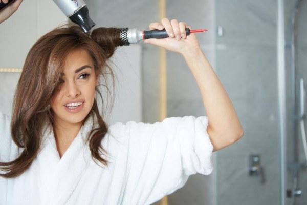 8 dicas para ter um cabelo saudável e bonito- Evite o uso do secador e da prancha de esticar o cabelo