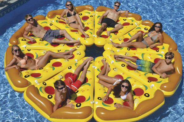 Bóias e colchões insufláveis para arrasar este verão- Pizza