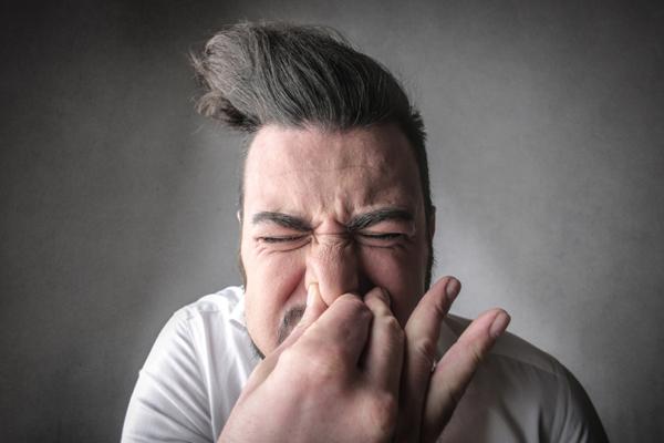 Hábitos que prejudicam a nossa saúde- Prender os espirros