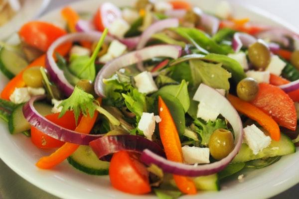 Alimentos que engordam e as pessoas não fazem ideia- Salada com molhos