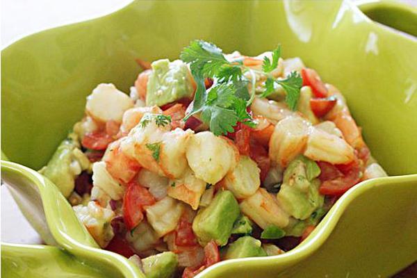 2 saladas saudáveis, saciantes e deliciosas- Salada de abacate com camarão