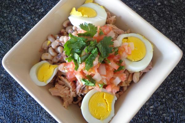 2 saladas saudáveis, saciantes e deliciosas- Salada de atum com feijão-frade