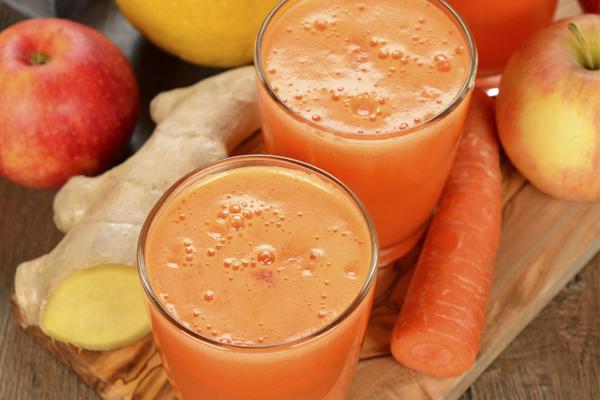 Receita de 2 sumos detox para ajudar a desintoxicar o corpo- Sumo detox de gengibre, maçã, cenoura e laranja