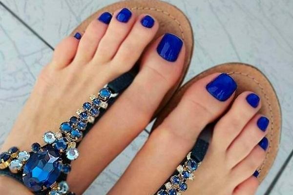 Qual é a cor de verniz que deve usar nas unhas dos pés- Azul