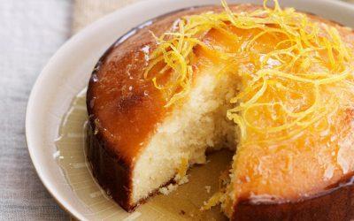 Bolo de limão e iogurte com calda, um bolo fresco para o verão