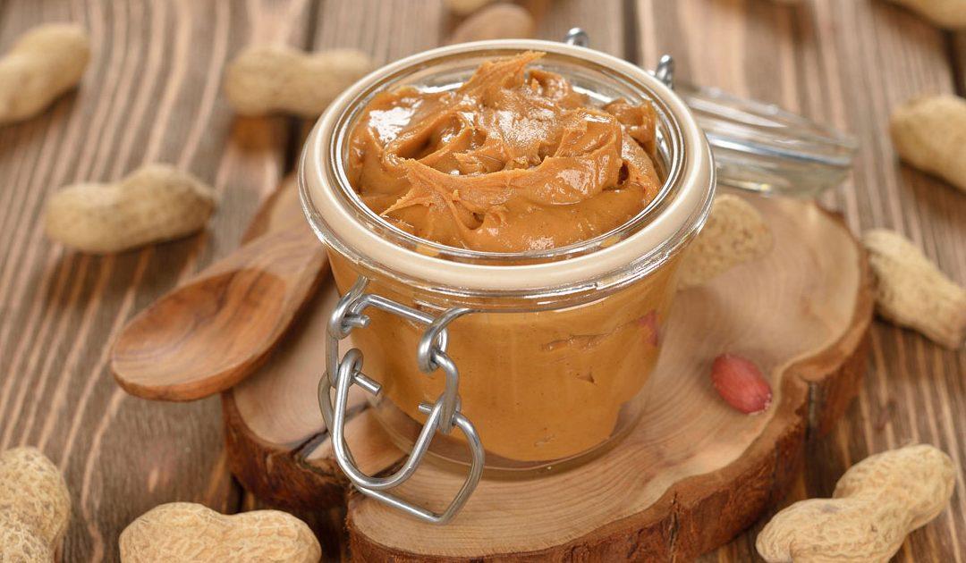 Aprenda a fazer manteiga de amendoim em casa