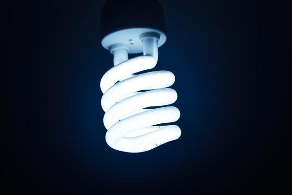 Como manter a sua casa frescanos dias de maior calor- Dê preferência às luzes LED ou fluorescentes compactas