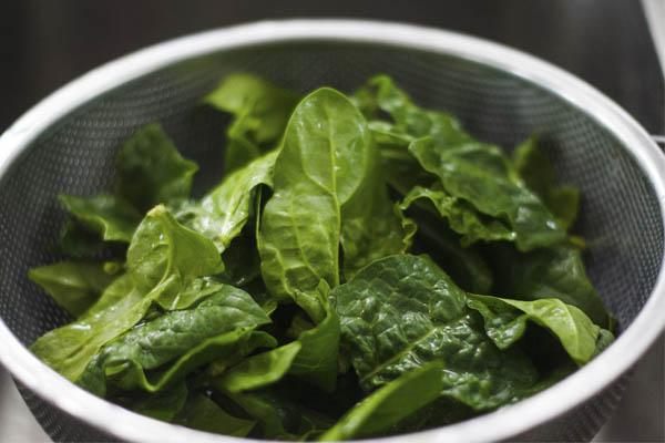 Alimentos que não devemos aquecer no microondas- Espinafres e alguns vegetais