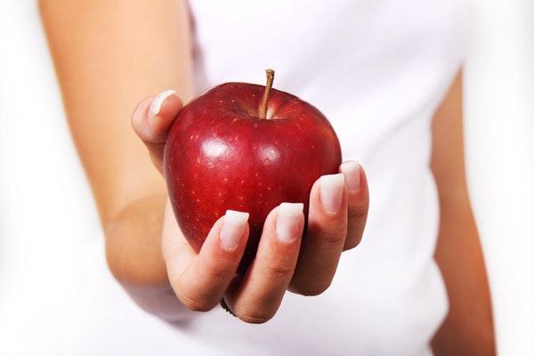Alimentos que ajudam a manter a boa forma durante o verão- Maçã