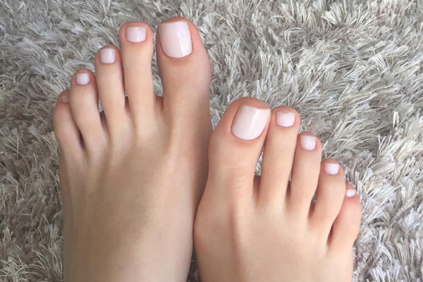 Qual é a cor de verniz que deve usar nas unhas dos pés- Nude