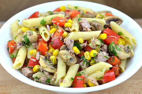 Receita de 2 saladas frescas, completas e saborosas- Salada de atum, massa e vegetais