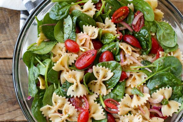 Receita de 2 saladas frescas, completas e saborosas- Salada de espinafres, massa e tomate cherry