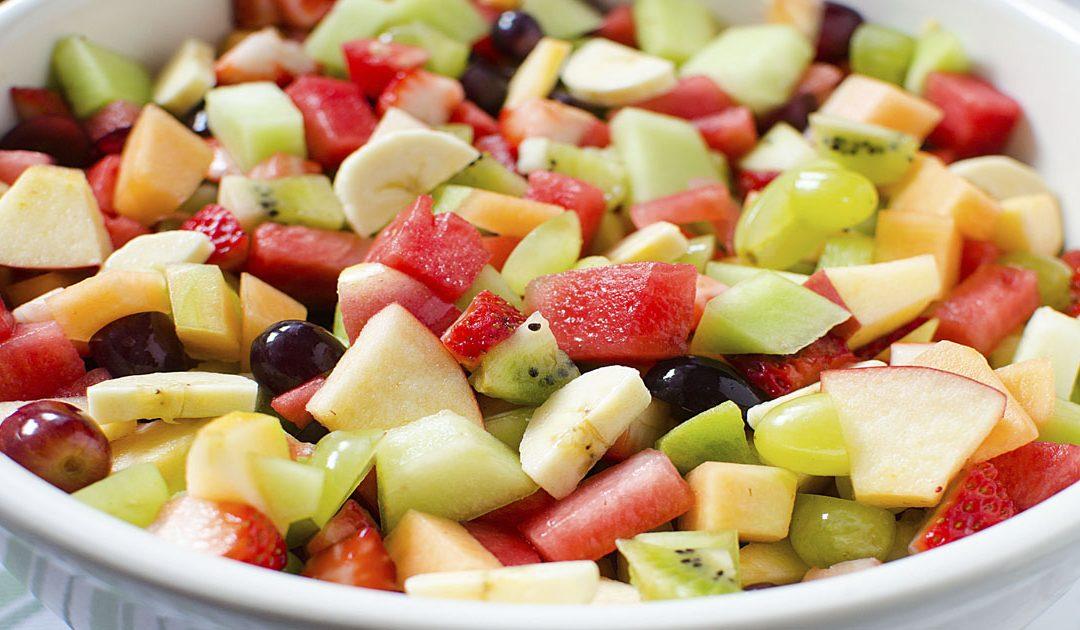 Deliciosa salada de fruta, uma sobremesa saudável e pouco calórica