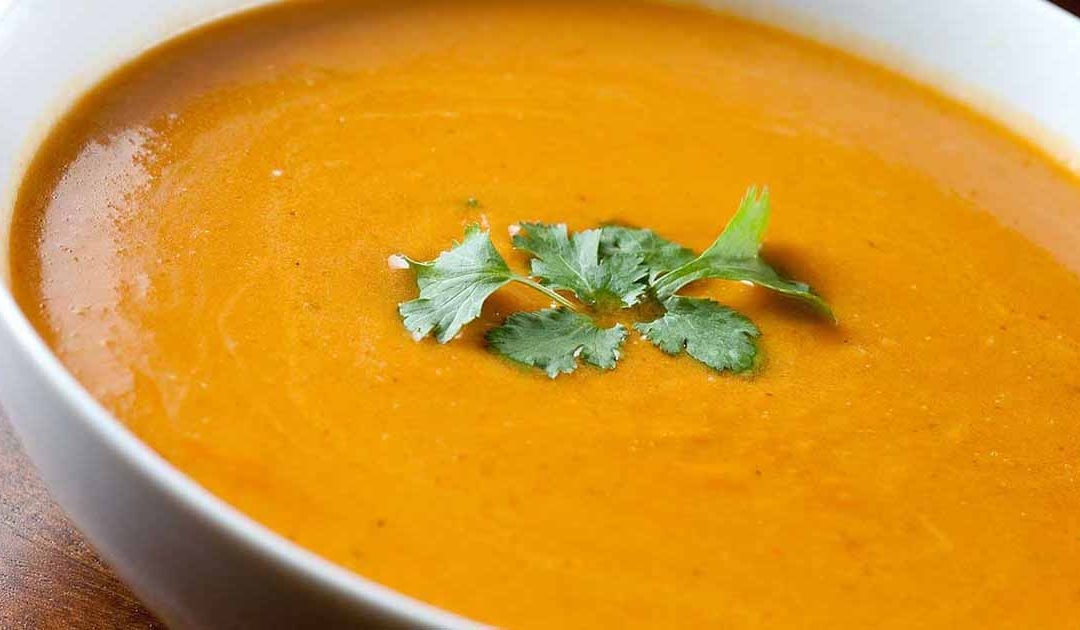 Sopa fria de abóbora e cenoura, ideal para os dias quentes