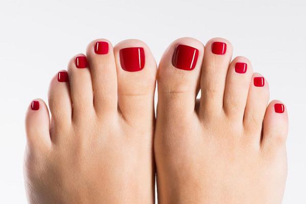 Qual é a cor de verniz que deve usar nas unhas dos pés- Vermelho