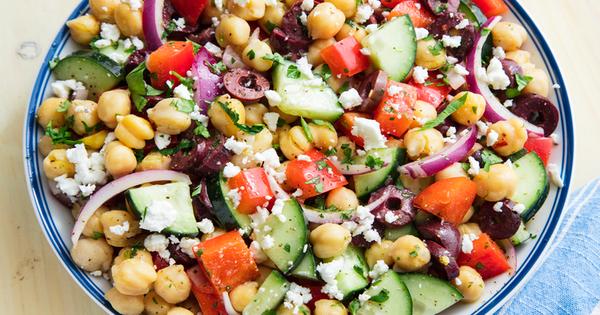 Uma fantástica refeição saudável espetadas de salmão e bacalhau e uma salada mediterrânea - salada