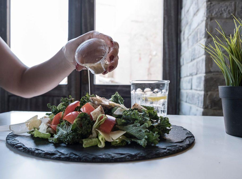 3 receitas molhos diferentes para temperar as suas saladas