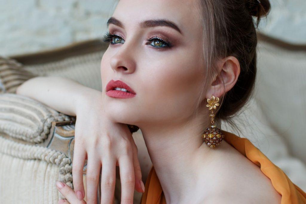 6 Erros de maquilhagem que lhe dão um ar cansado