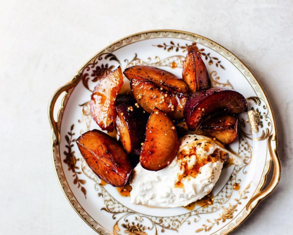 Receita de frutas assadas no forno com molho doce